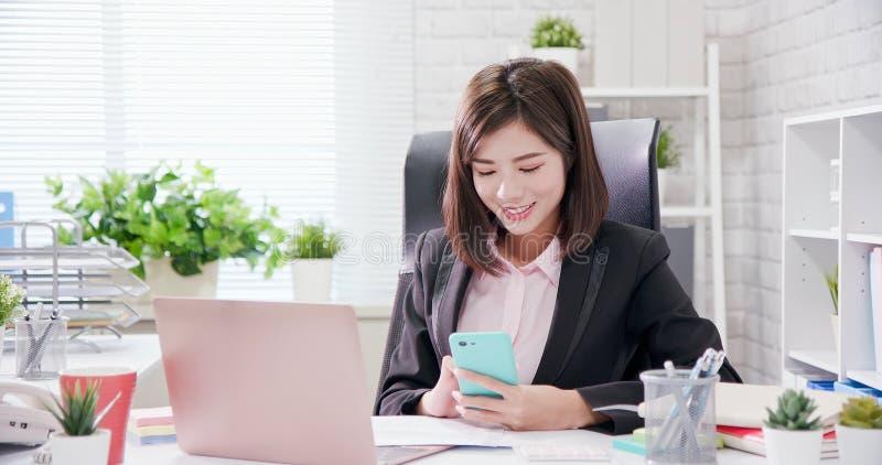 Trabajo joven de la mujer de Asia en oficina foto de archivo