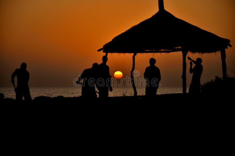 Trabajo junto en la puesta del sol fotos de archivo libres de regalías