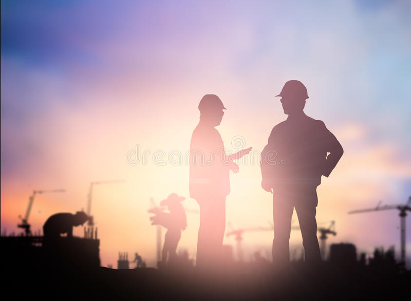 Trabajo masculino acertado de la encuesta sobre la situación del ingeniero de la silueta sobre contra imagen de archivo