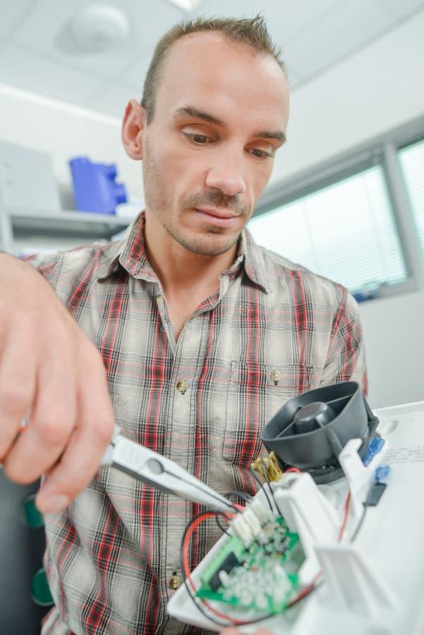 Trabajo masculino del electricista del trabajador imagen de archivo