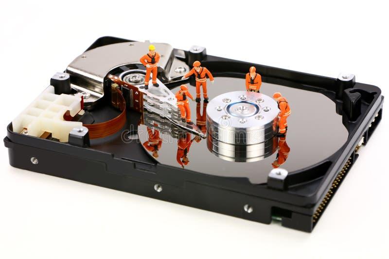 Trabajo miniatura de los técnicos sobre mecanismo impulsor duro fotografía de archivo libre de regalías