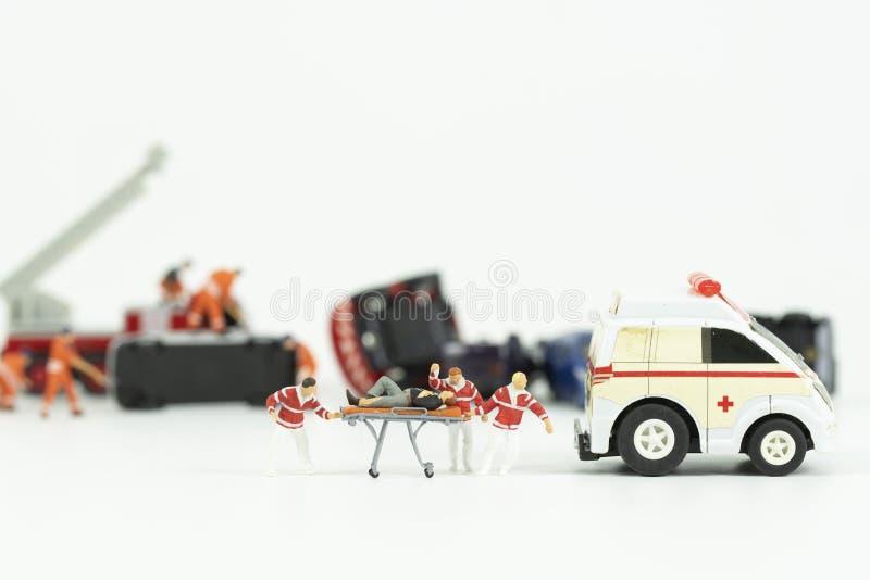 Trabajo miniatura del equipo médico en la escena del accidente de tráfico foto de archivo