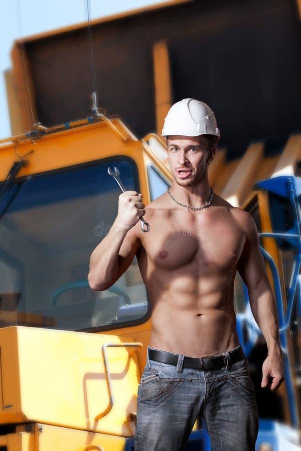 Download Trabajo Muscular Sobre Los Camiones Volquete Del Fondo Foto de archivo - Imagen de constructor, atractivo: 42439126
