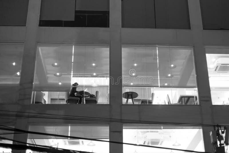 Trabajo no identificado de la mujer de última hora en cafetería fotografía de archivo