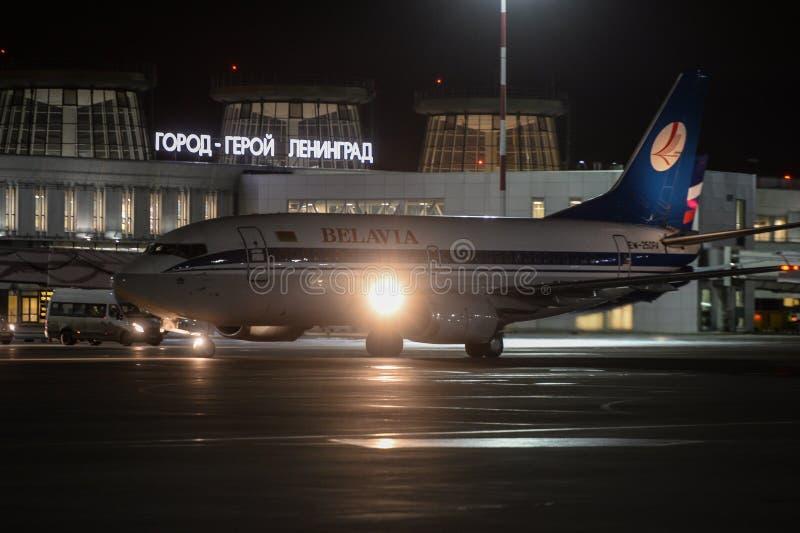 Trabajo nocturno en el aeropuerto internacional de Pulkovo foto de archivo libre de regalías