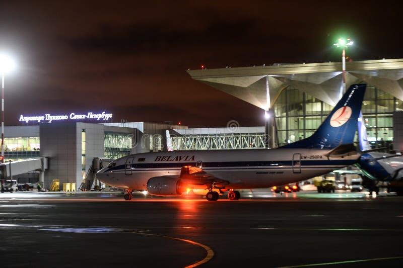 Trabajo nocturno en el aeropuerto internacional de Pulkovo imagenes de archivo
