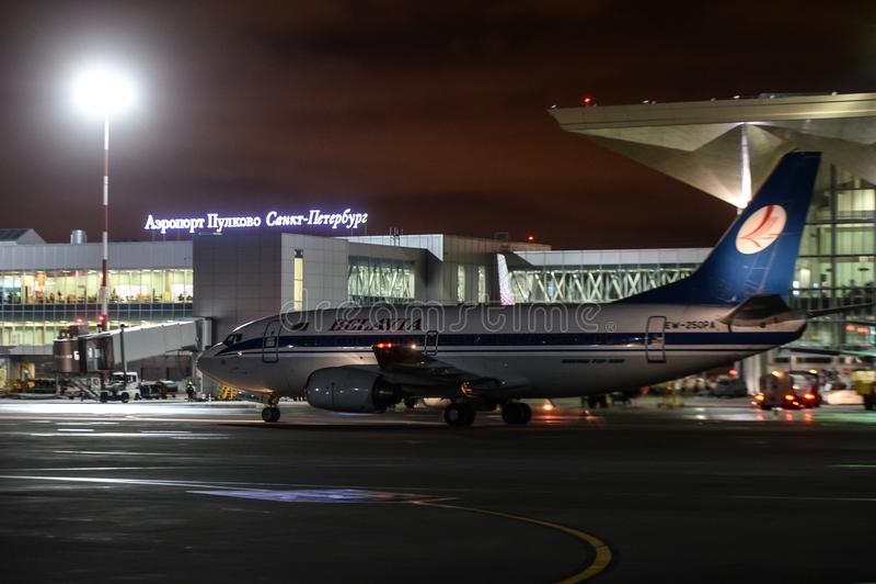 Trabajo nocturno en el aeropuerto internacional de Pulkovo fotografía de archivo libre de regalías