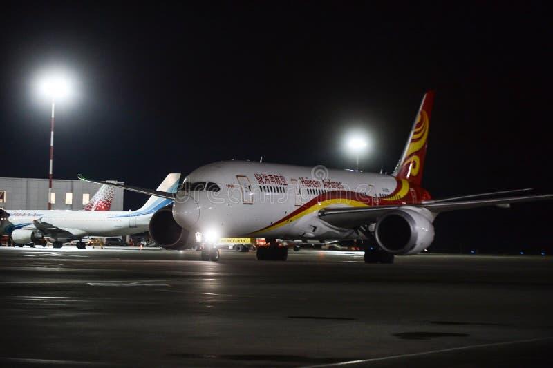 Trabajo nocturno en el aeropuerto internacional de Pulkovo fotos de archivo libres de regalías