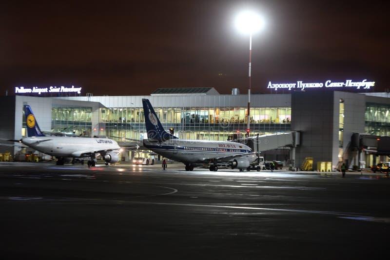 Trabajo nocturno en el aeropuerto internacional de Pulkovo foto de archivo