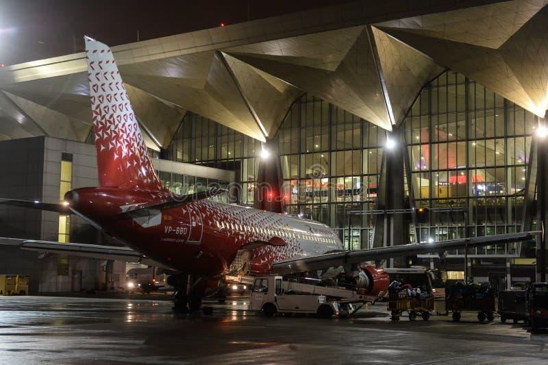 Trabajo nocturno en el aeropuerto internacional de Pulkovo fotografía de archivo