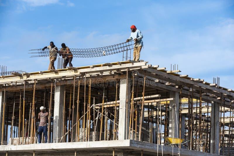 Trabajo peligroso en el emplazamiento de la obra Cabo Verde imagenes de archivo