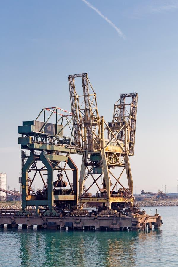 Trabajo pesado en el puerto fotografía de archivo