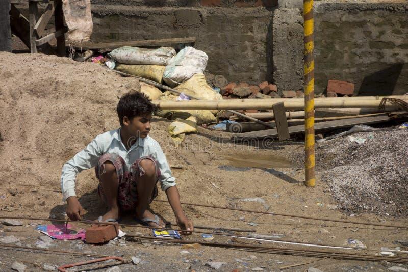 Trabajo pobre del indio del niño imagenes de archivo
