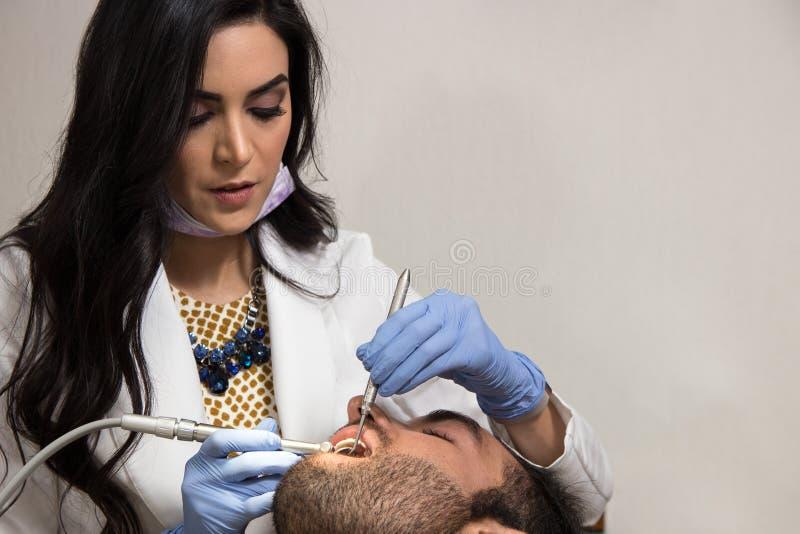 Trabajo practicante del dentista imagenes de archivo