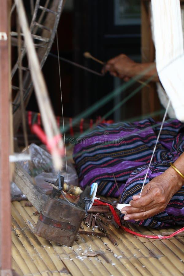 Trabajo que hace punto que teje de la señora tradicional tailandesa, imagen de la actividad de las mujeres, forma de vida rural e fotos de archivo