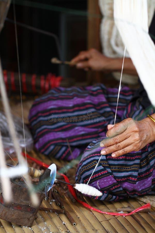 Trabajo que hace punto que teje de la señora tradicional tailandesa, imagen de la actividad de las mujeres, forma de vida rural e imagen de archivo libre de regalías