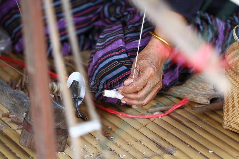 Trabajo que hace punto que teje de la señora tradicional tailandesa, imagen de la actividad de las mujeres, forma de vida rural e imagenes de archivo
