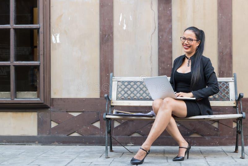 Trabajo que se sienta de la mujer de negocios al aire libre fotos de archivo