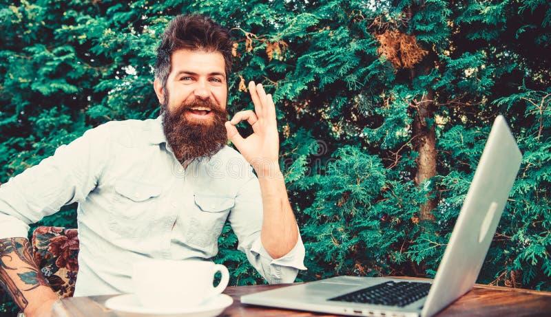 Trabajo remoto Ocupación profesional independiente Satisfecho con el resultado Bien hecho Hipster ocupado con freelance Wifi y fotos de archivo libres de regalías