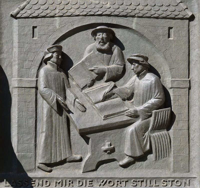 Trabajo sobre la traducción de la biblia, de la izquierda: Leo Jud, Theodor Bibiliander y Zwingli, iglesia de Grossmunster en Zur imagenes de archivo