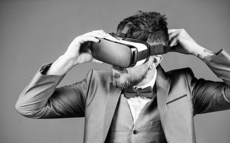 Trabajo virtual Hombre de negocios en auriculares del vr Realidad visual el hombre barbudo lleva los vidrios inal?mbricos de VR F fotografía de archivo libre de regalías