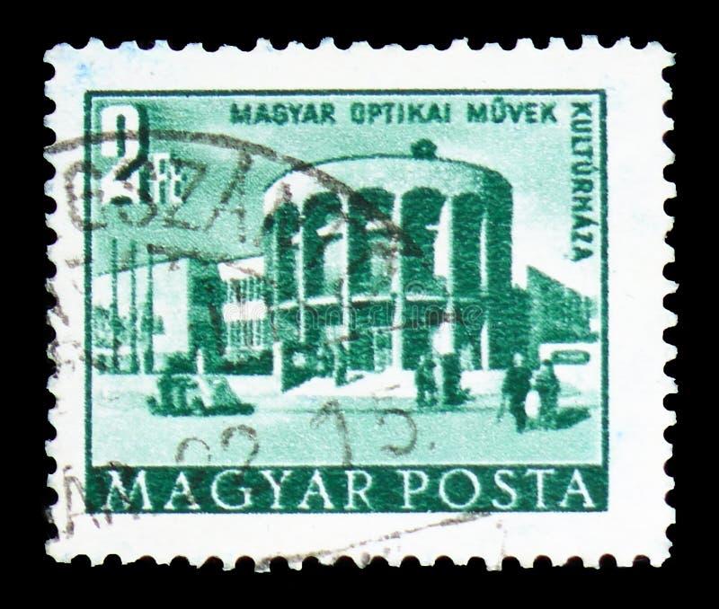 Trabajos ópticos húngaros, Kiskunfelegyhaza, edificios de los cinco - año - plan en el serie de Budapest, circa 1958 foto de archivo libre de regalías