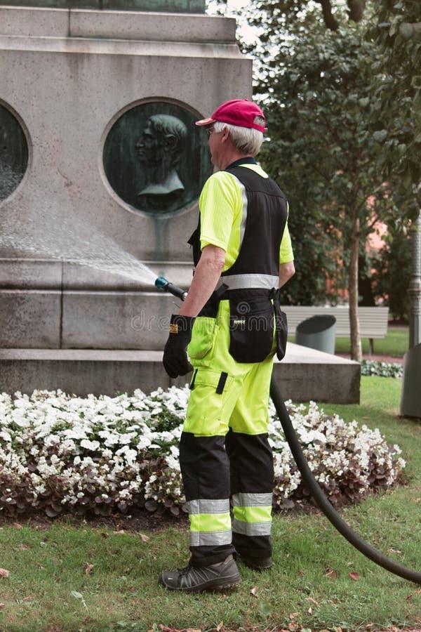 Trabajos de la construcción y del municipal, trabajadores en curso de trabajo foto de archivo