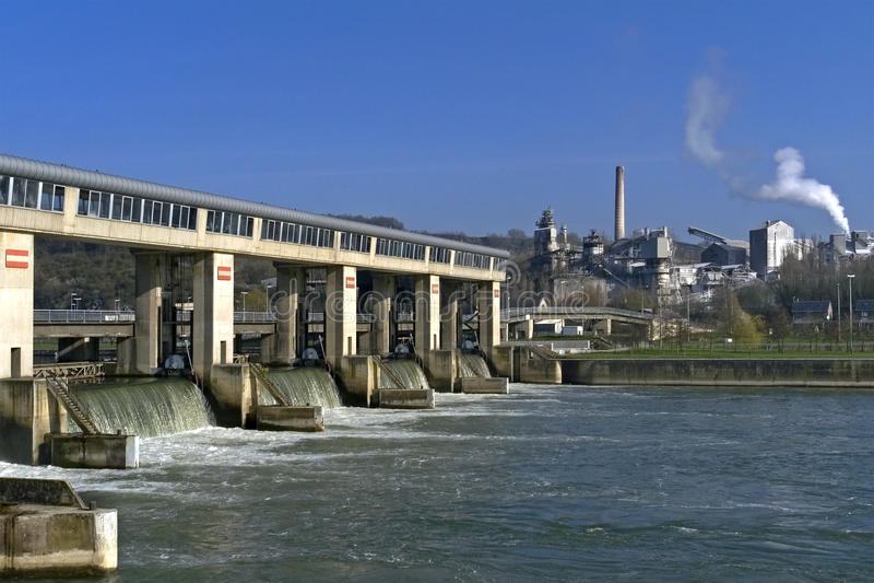 Trabajos de la planta y de agua sobre y en el río la Mosa fotografía de archivo libre de regalías