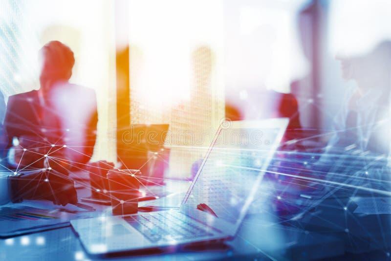 Trabajos de trabajo en equipo con un ordenador portátil Concepto de distribución y de interconexión de Internet Exposición doble imagen de archivo libre de regalías