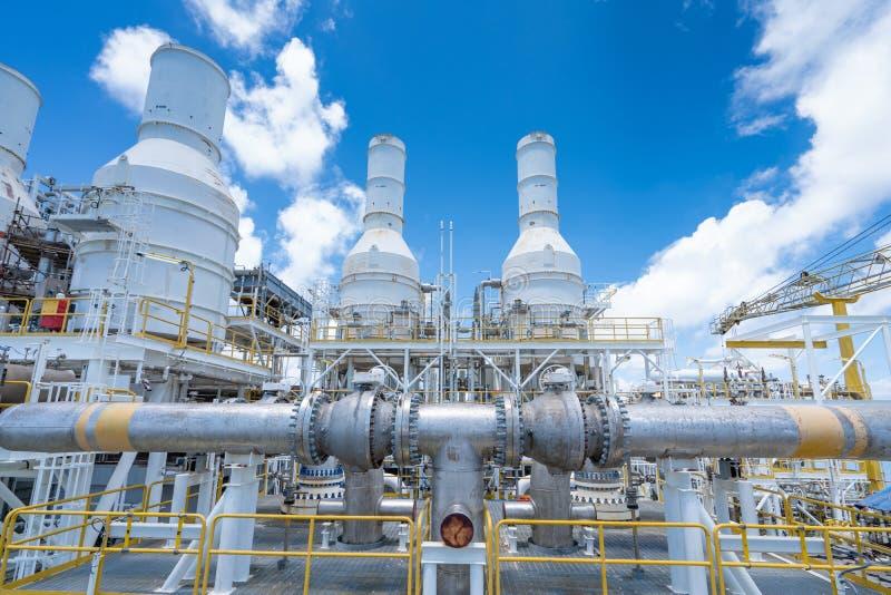 Trabajos de tuberías en la plataforma central de procesamiento de petróleo y gas mar adentro para el apoyo al sistema de control  fotografía de archivo