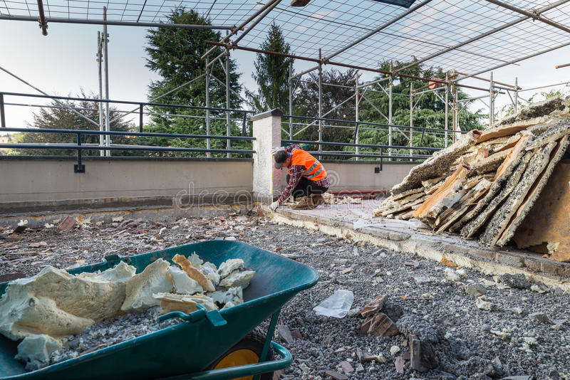 Trabajos del aislamiento y de la terraza de impermeabilización - tejado fotografía de archivo libre de regalías