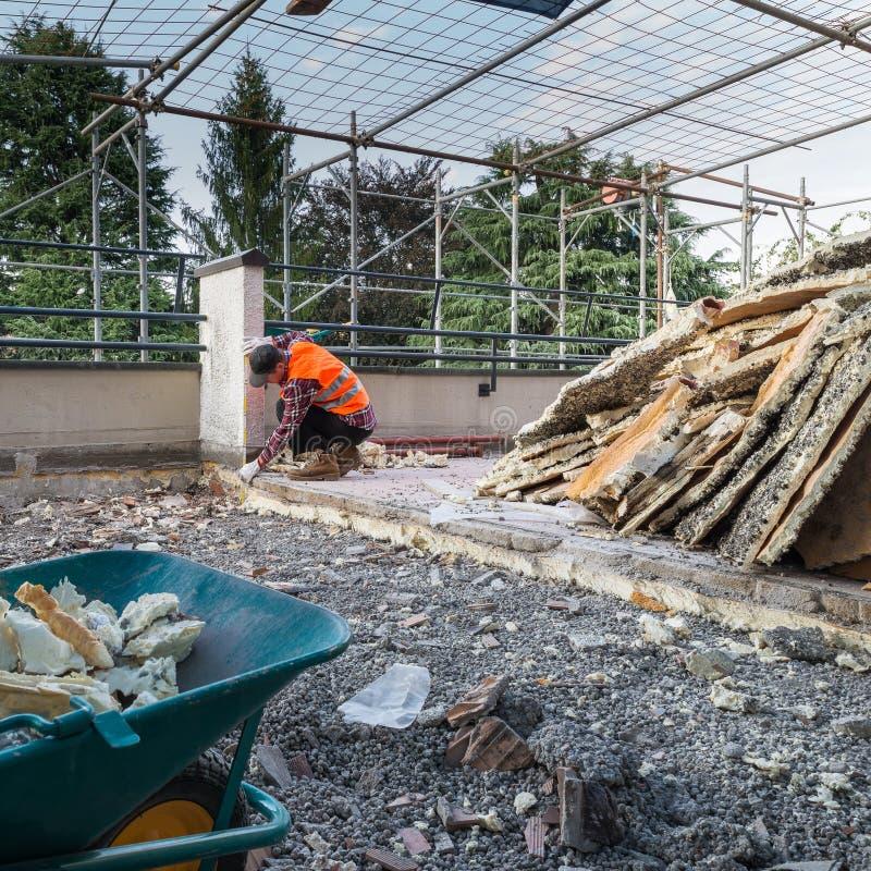 Trabajos del aislamiento y de la terraza de impermeabilización - tejado imagen de archivo libre de regalías