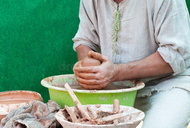 Trabajos del alfarero. Proceso de la creación de la loza en cerámica en el w de los alfareros fotos de archivo libres de regalías