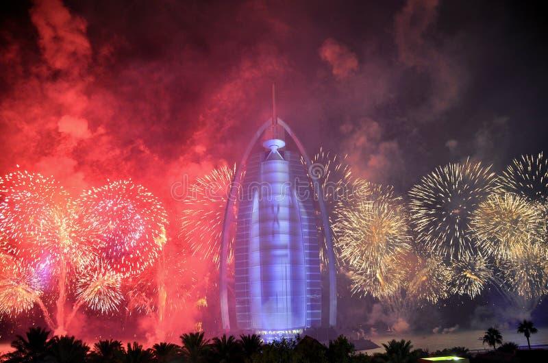 Trabajos del fuego de Dubai en Burj Al Arab para el día nacional 2016 de los UAE imagen de archivo libre de regalías