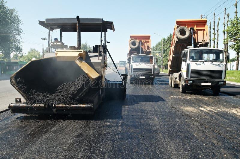 Trabajos del pavimento del asfalto fotos de archivo