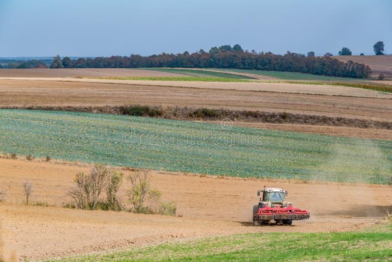 Trabajos en el terreno del otoño imagenes de archivo
