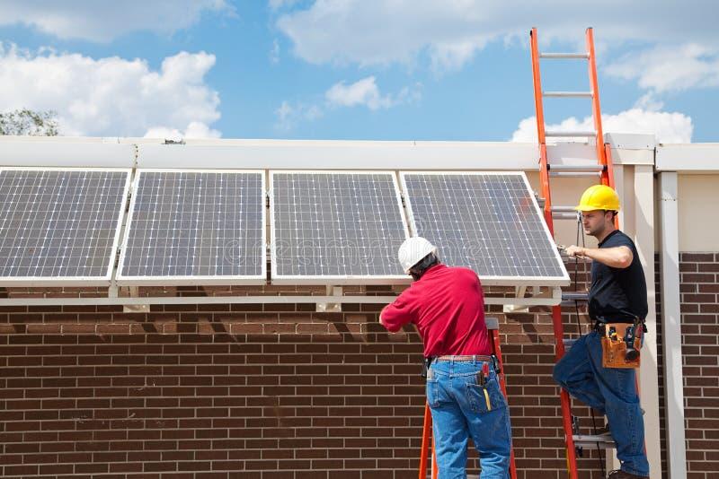 Trabajos verdes - energía solar imagenes de archivo