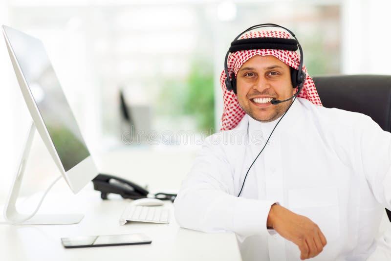 Trabalhador árabe do centro de atendimento fotografia de stock