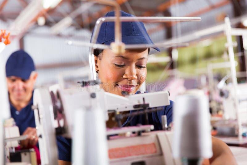 Trabalhador africano de matéria têxtil fotografia de stock