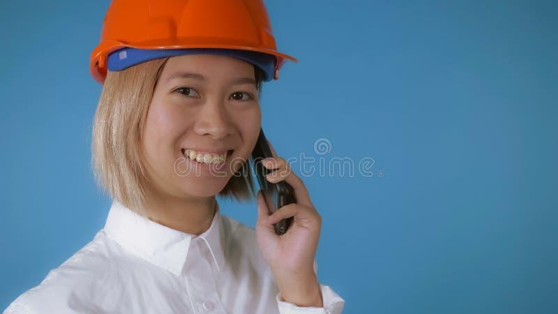 Trabalhador bonito no uniforme que fala pelo móbil fotos de stock royalty free