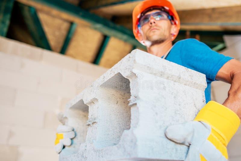 Trabalhador com bloco de cimento imagem de stock royalty free