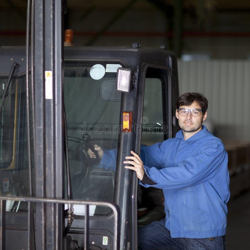 Trabalhador com caminhão de forklift fotografia de stock