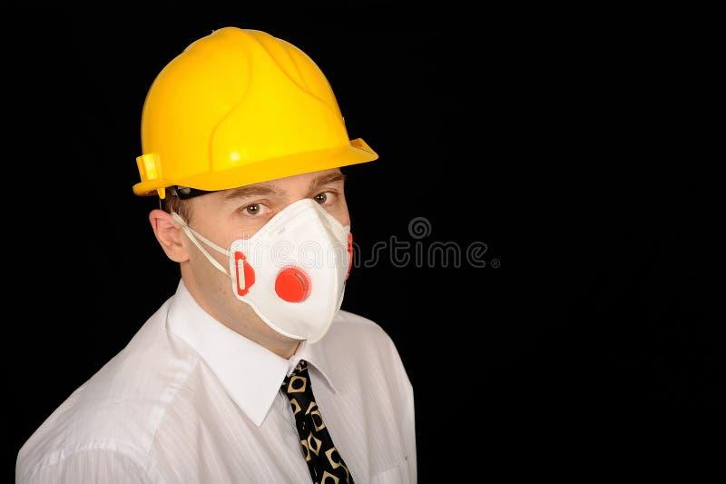 Trabalhador com capacete de segurança e máscara fotografia de stock royalty free