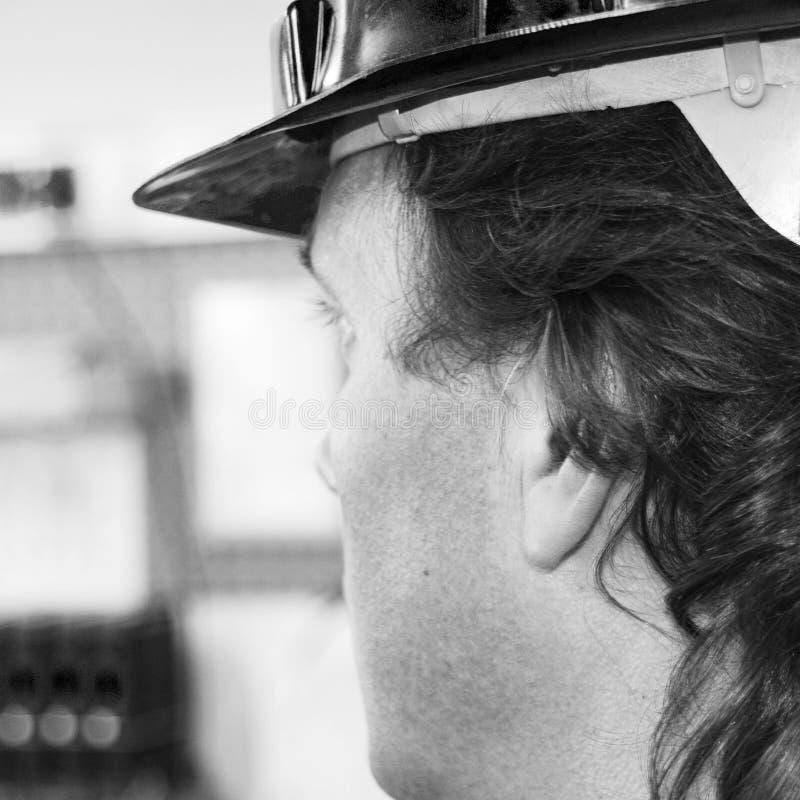 Trabalhador com chapéu duro B&W fotografia de stock royalty free
