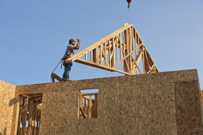 Trabalhador com frame do fardo do telhado fotos de stock