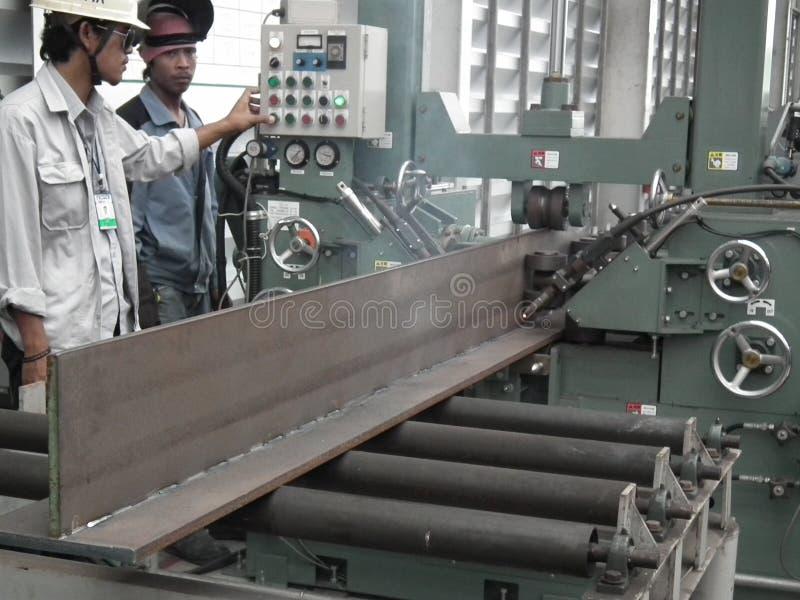 Trabalhador com gás inerte do portador do ferro da viga de aço da soldadura automática foto de stock royalty free
