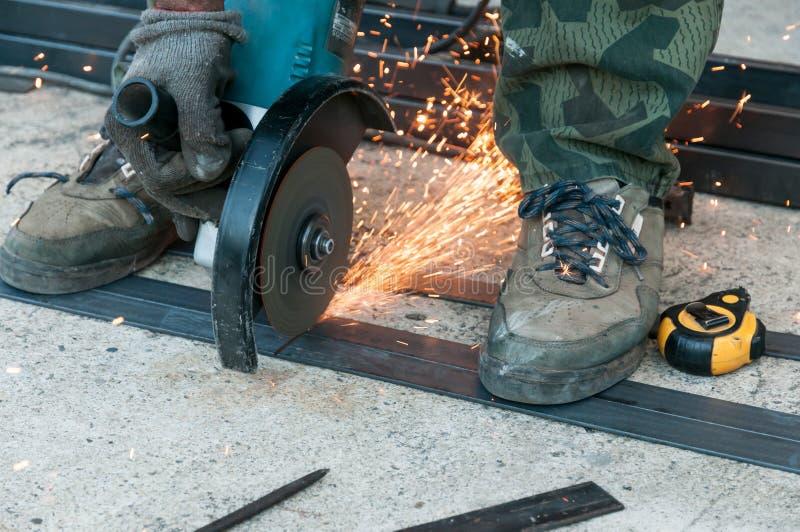 Download Trabalhador Com Moedor De ângulo Foto de Stock - Imagem de tubulação, moedor: 26516376
