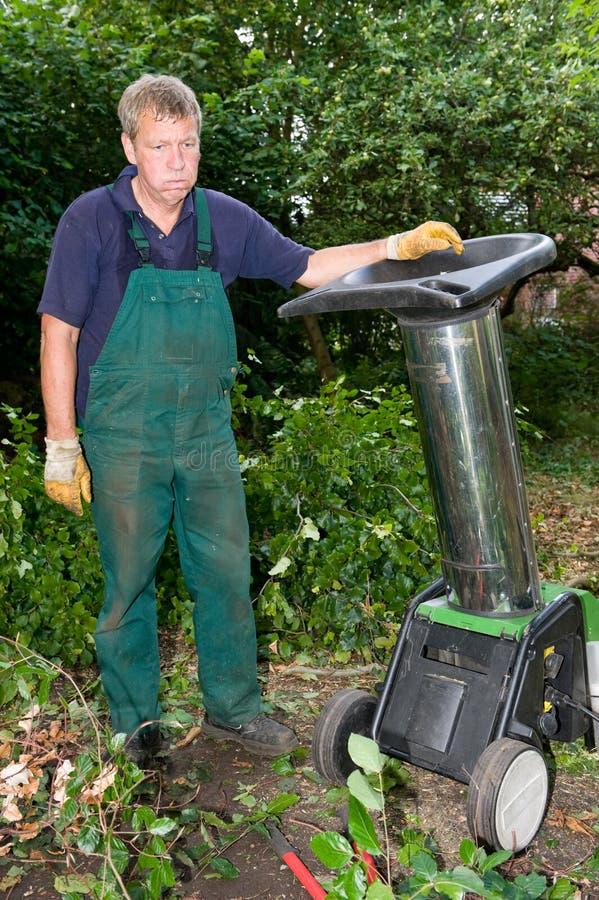 Trabalhador com schredder foto de stock