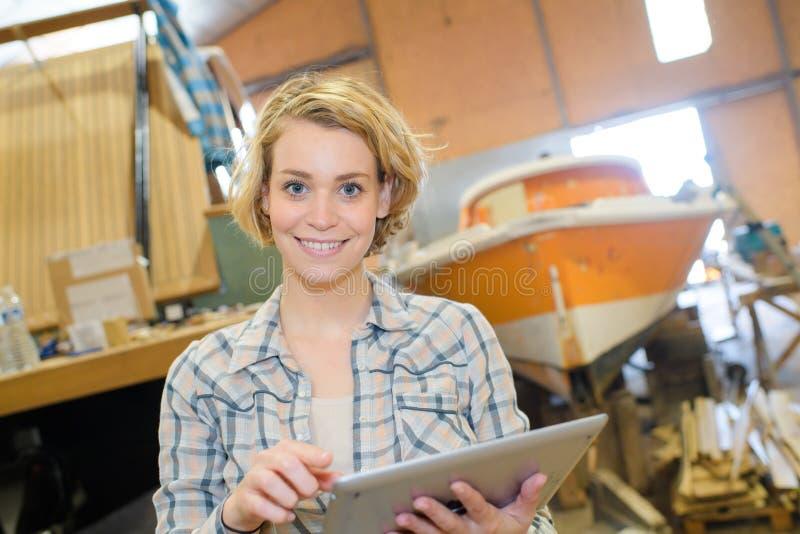 Trabalhador com tabuleta que sorri no armazém imagens de stock royalty free