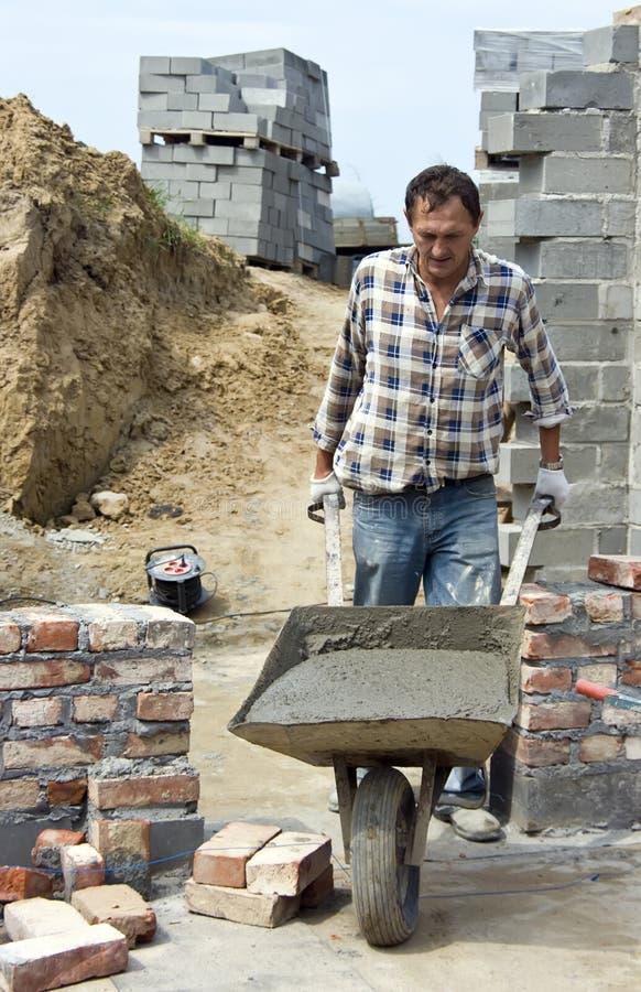 Trabalhador com wheelbarrow imagens de stock